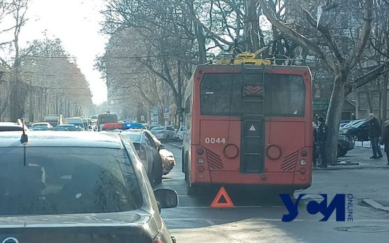 На проспекте Шевченко авто столкнулось с троллейбусом (фото) «фото»