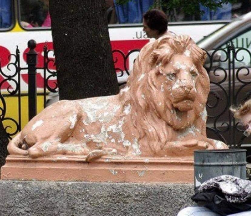 Из Привокзального сквера увезли скульптуры львов «фото»