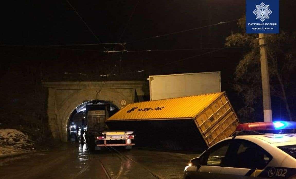 На Пересыпи грузовик врезался в мост и потерял контейнер (фото) «фото»