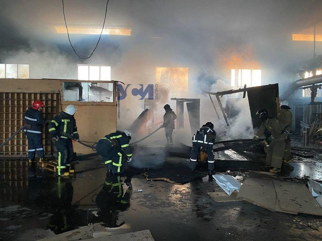 Сильный пожар начался на складе под Одессой (фото) «фото»