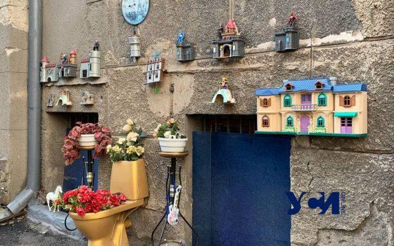 Одессит оригинально оформил двор и подъезд в Мукачевском переулке (фото) «фото»