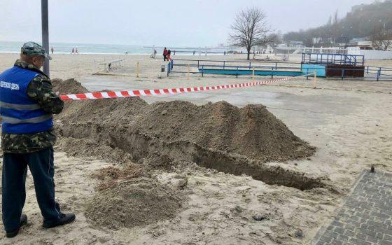 На одном из пляжей в Одессе коммунальщики нашли незаконные коммуникации (фото) «фото»