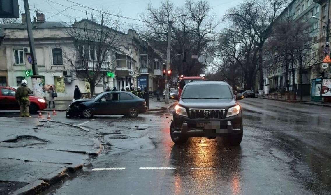 В центре Одессы загорелась машина: пострадала девушка (фото) «фото»