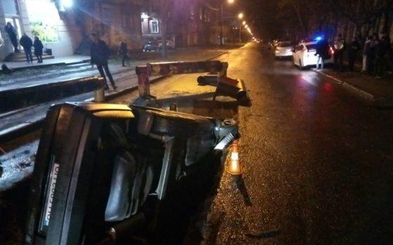 Машина упала в яму на Градоначальницкой (фото) «фото»