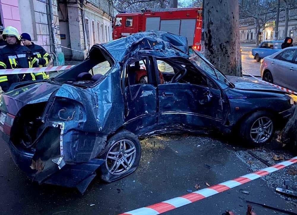 Утром в Одессе машина влетела в дерево: есть погибший (фото) «фото»