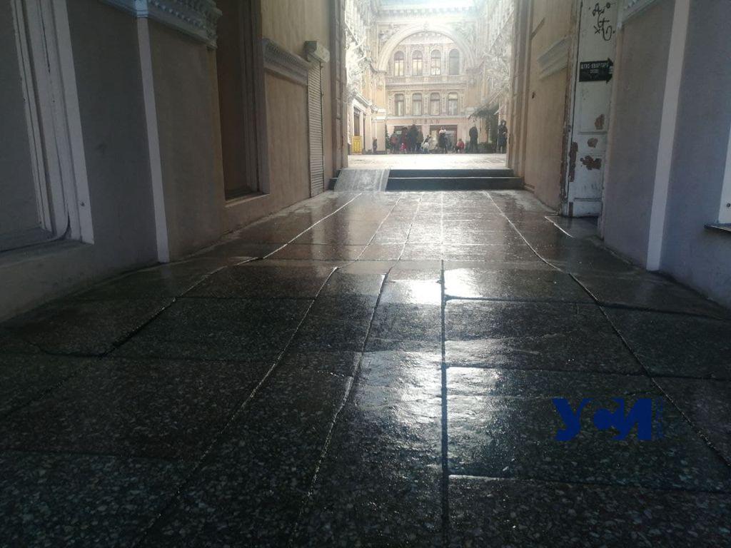 Пассаж зимой: плитка на полу вздулась и растрескалась (фотофакт) «фото»