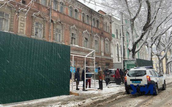 Возле здания старинной типографии в центре Одессы появился забор (фото) «фото»