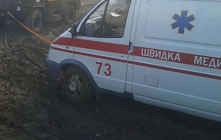 Под Одессой спасатели доставали машину скорой из болота «фото»