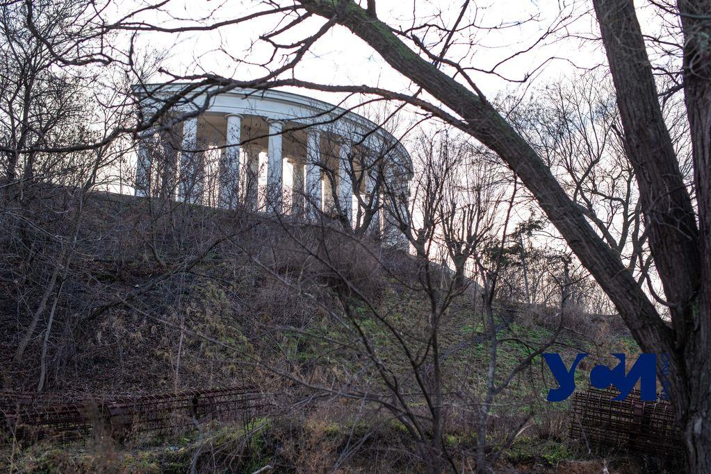 Ржавая арматура второй год «украшает» часть Греческого парка под Тещиным мостом (фото) «фото»