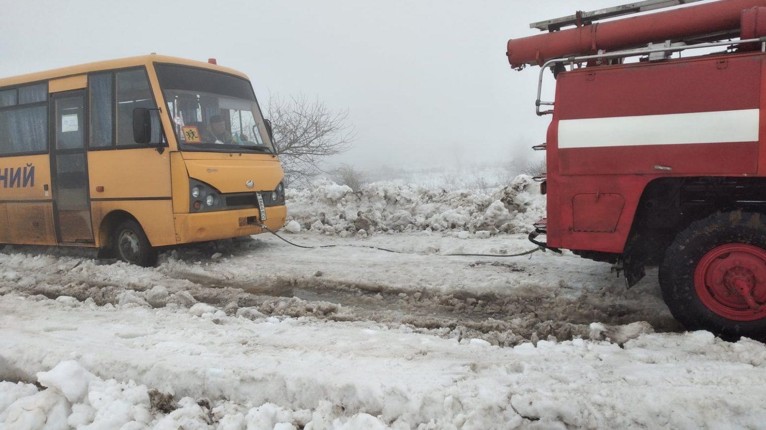 В районе Николаевки в снегу застрял школьный автобус (фото) «фото»