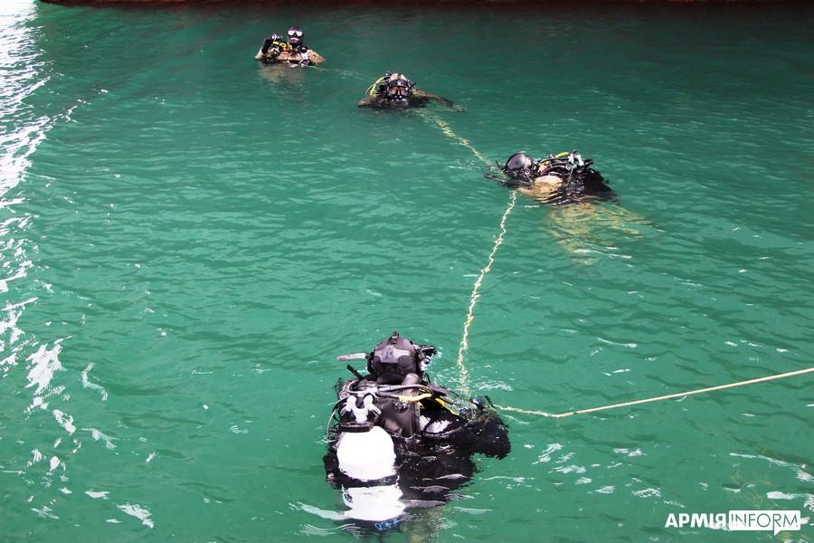 В Одесском порту военные водолазы учились искать взрывчатку (фото) «фото»