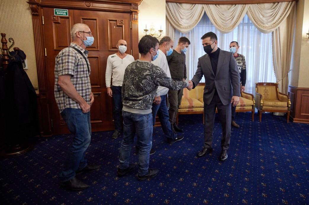 Освобожденные украинские моряки вернулись домой и встретились с президентом  (фото) «фото»