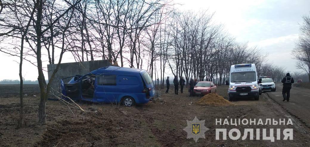 В Одесской области микроавтобус врезался в стену: водитель погиб (фото) «фото»