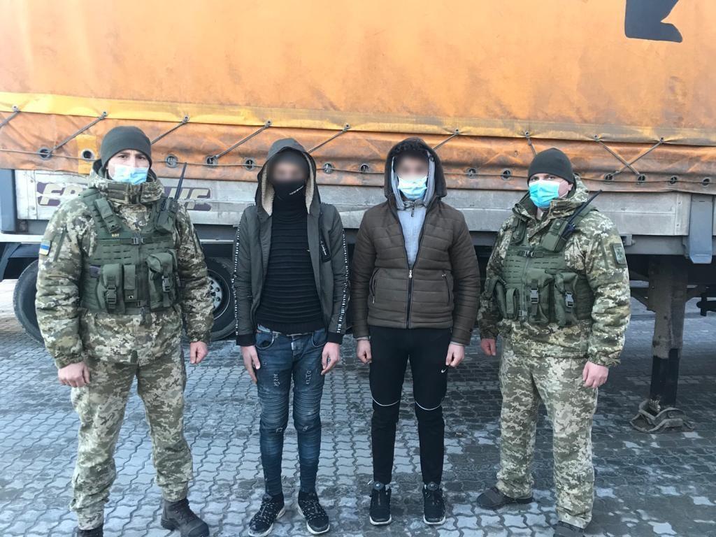 В Черноморском порту выявили двух нелегалов из Азии (фото) «фото»