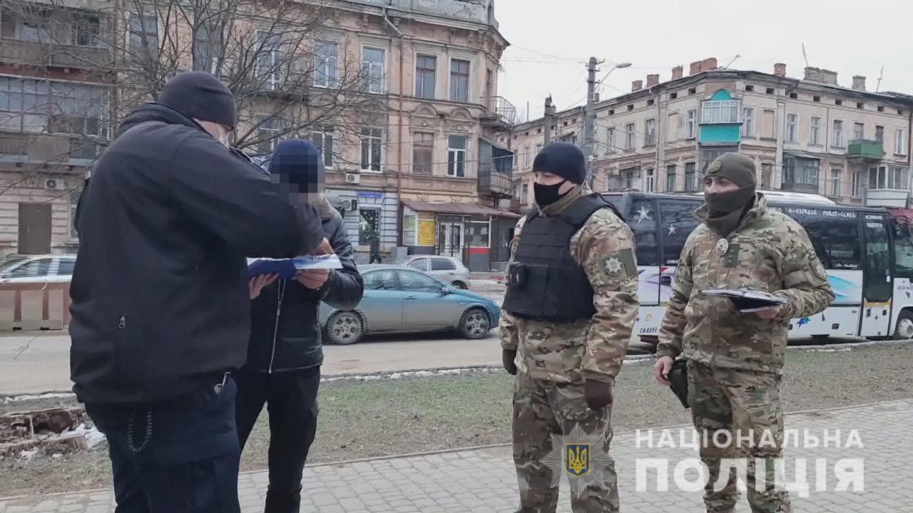 Мужчина с гранатой гулял возле Одесского вокзала (фото, видео) «фото»