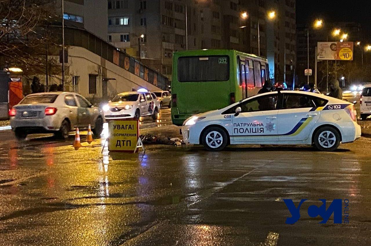 На поселке Котовского под колесами маршрутки погиб человек (фото) «фото»