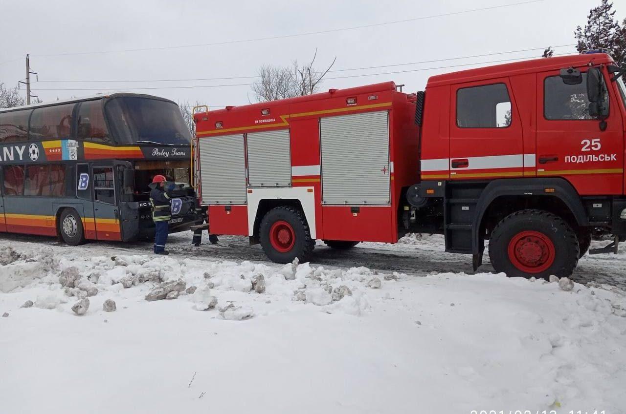 В Одесской области вытащили из снега автобус  (фото) «фото»