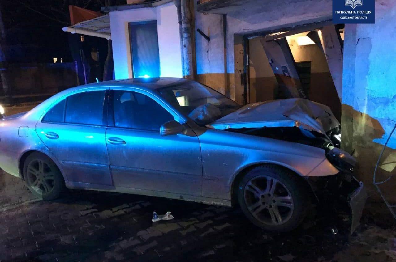 В Одессе пьяный водитель врезался в дом (фото) «фото»