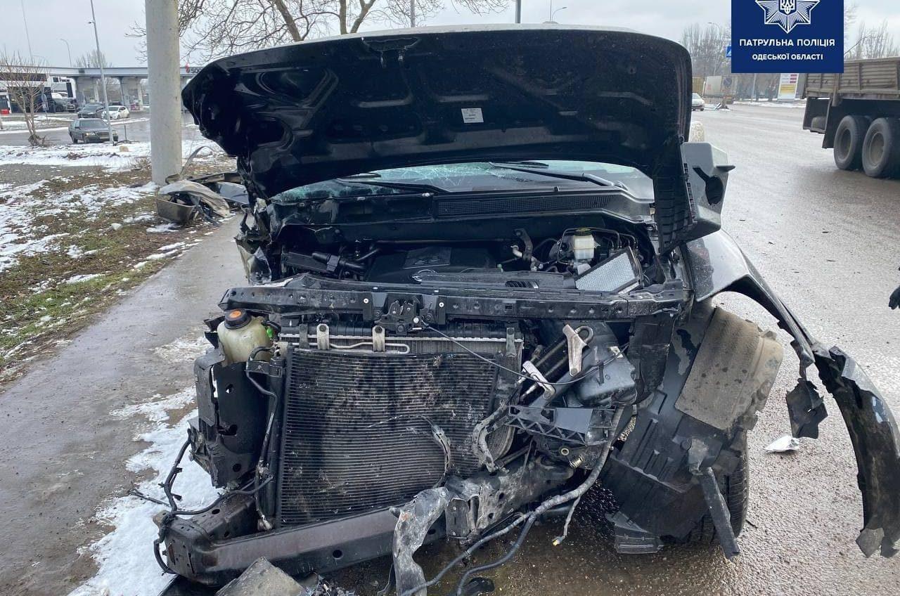 На трассе Одесса – Киев легковушка снесла столб: водитель в больнице (фото) «фото»