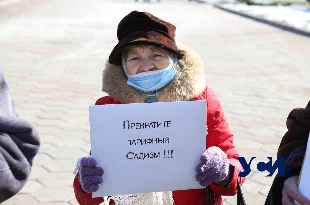 Под Одесской ОГА прошли митинги «против» тарифов и «за» компенсации перевозчикам (фото) «фото»