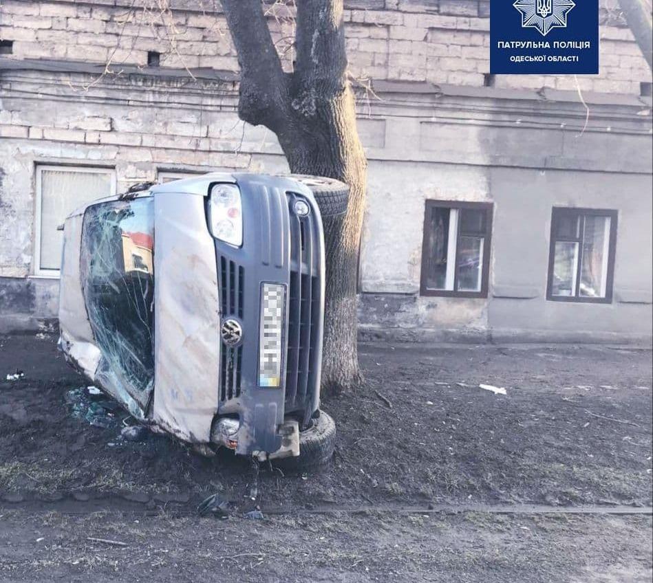 На Слободке авто перевернулось на рельсы, есть пострадавший (фото) Обновлено «фото»