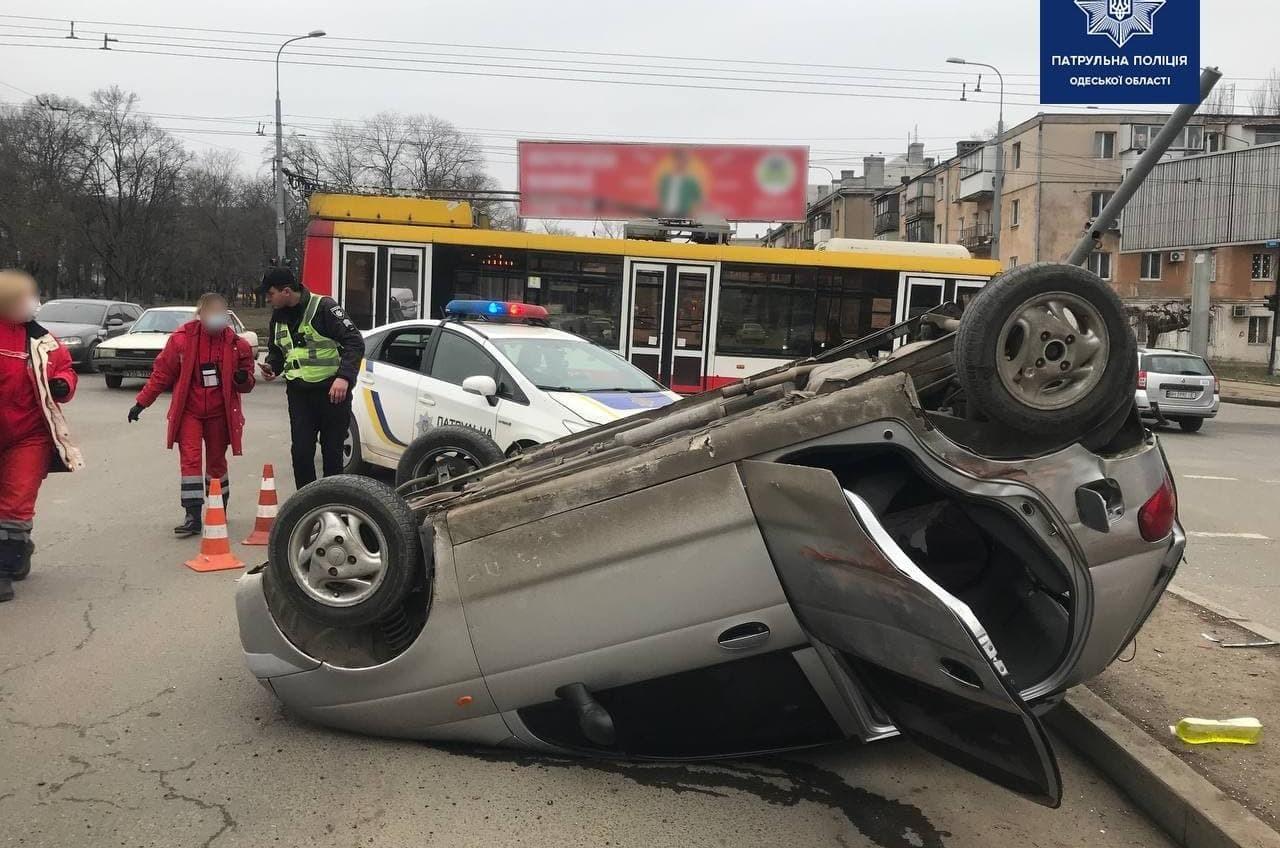 На Балковской легковушка влетела в троллейбус и перевернулась (фото) «фото»