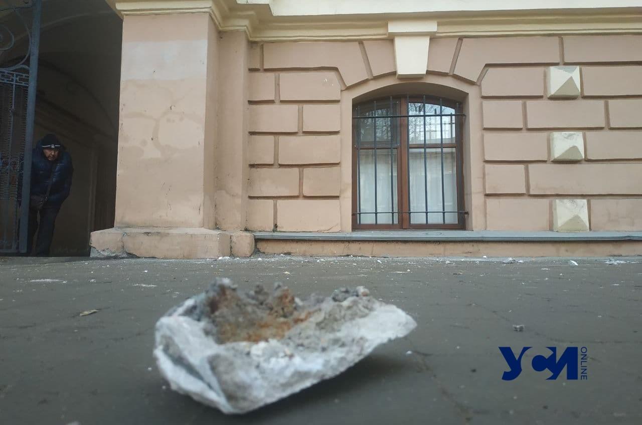 От памятника архитектуры в центре Одессы отвалился кусок карниза (фото) «фото»