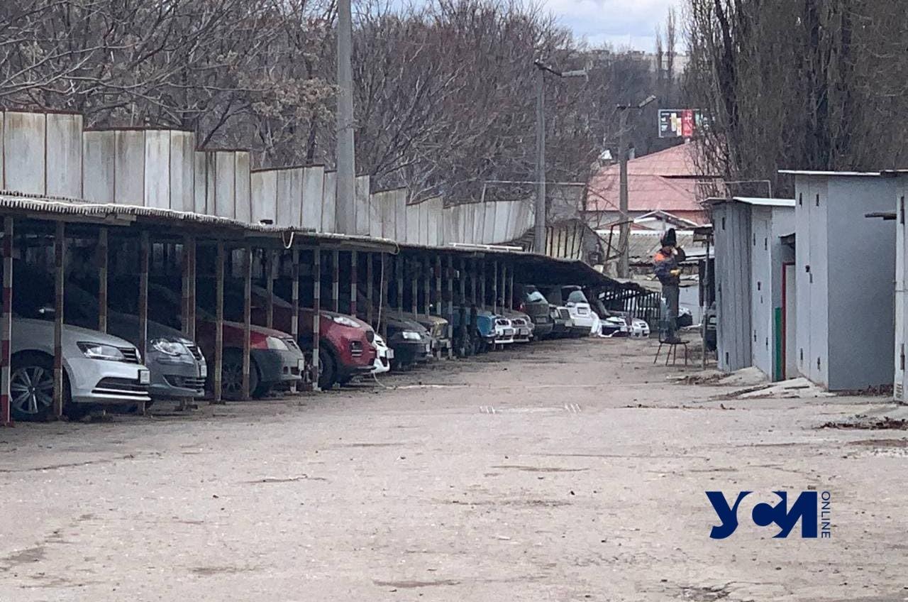 На Молдаванке рухнул забор: повреждены 5 авто (фото) «фото»
