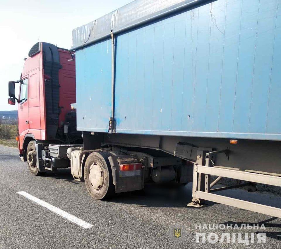 В Одесской области фура переехала лежащего на дороге мужчину «фото»