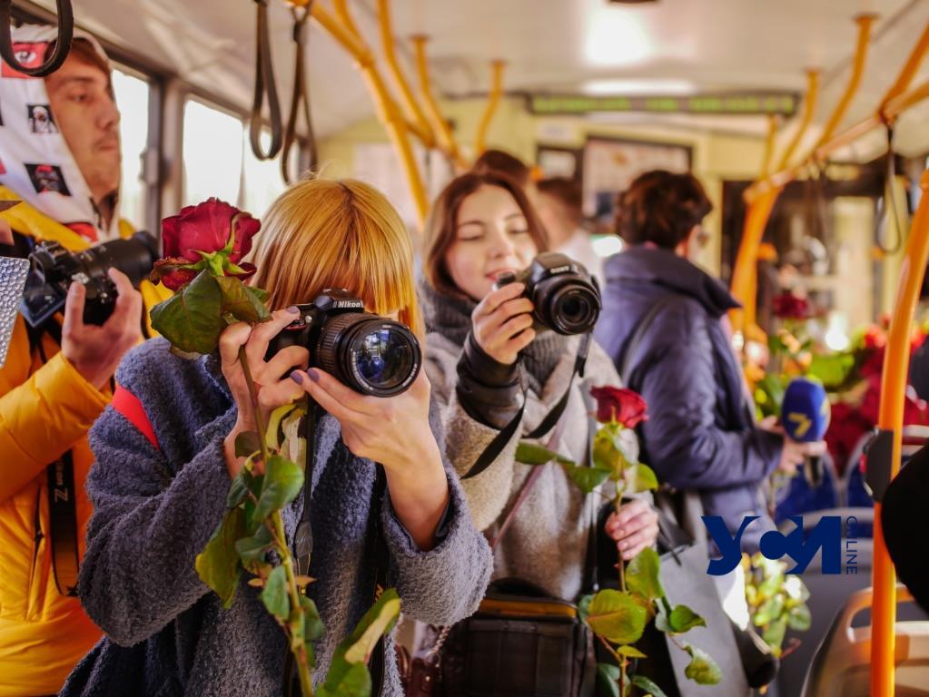 Цветы, бесплатный проезд и поздравления: в Одессе курсировал весенний троллейбус (фото) «фото»