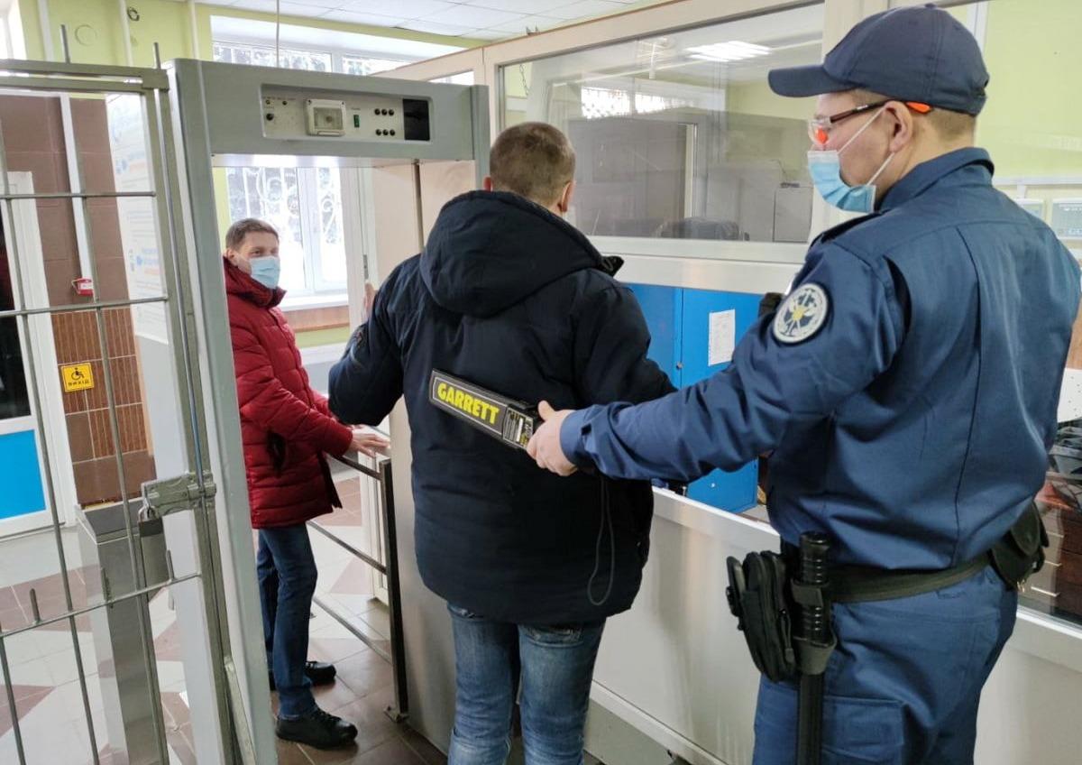 Ножи, баллончики, травматы: в феврале в суды Одесской области пытались пронести более 650 запрещенных предметов (фото) «фото»