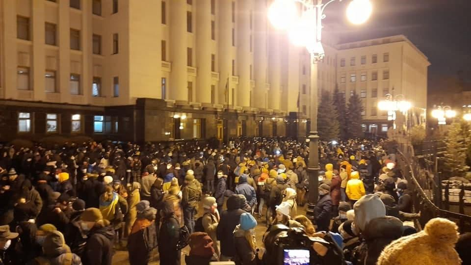 Сотни украинцев вышли к Офису президента поддержать Сергея Стерненко (фото) «фото»