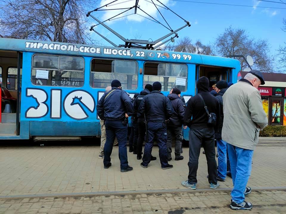 В одесском трамвае мужчине распылили газ в лицо (фото) «фото»
