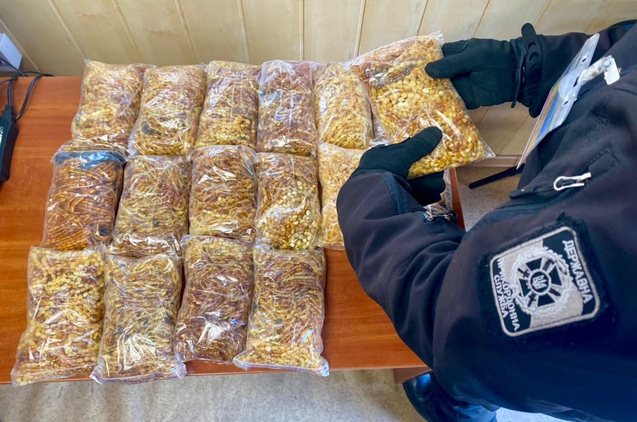 Контрабандисты пытались вывезти в Турцию через Черноморск крупную партию янтаря (фото) «фото»