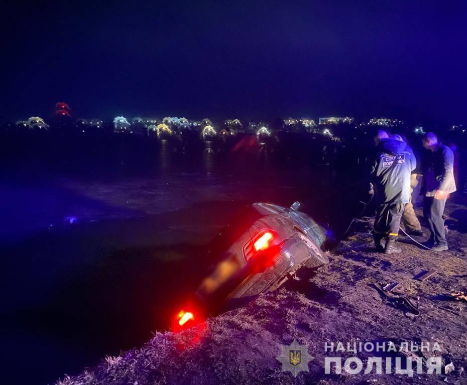 В Балте автомобиль опрокинулся в реку, погиб пассажир (фото, видео) «фото»