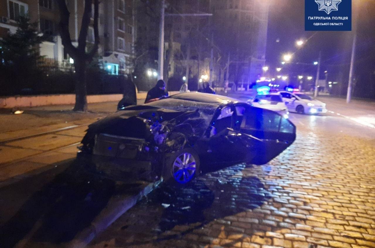 На Французском бульваре ночью произошла авария, есть пострадавшие (фото) «фото»