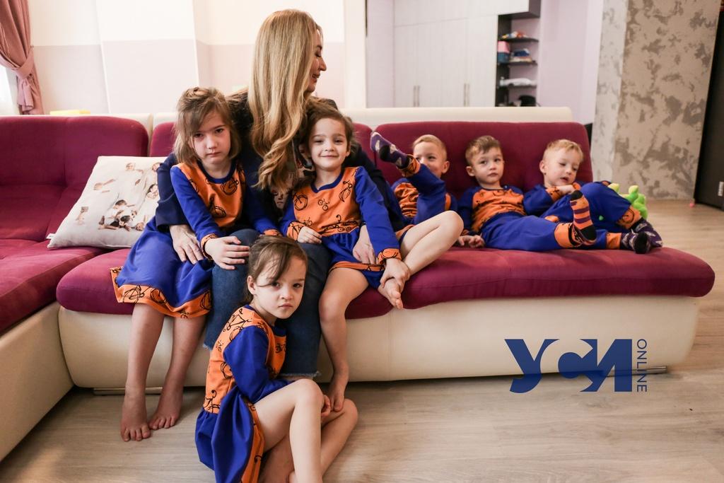 Мама пятерняшек рассказала, каково одной растить шестерых детей (видео) «фото»