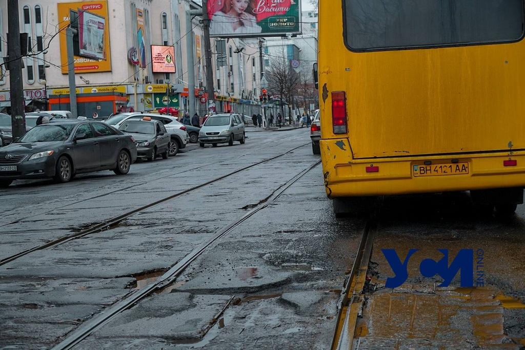 Глубокие ямы и разбитые рельсы: главная дорога у одесского Привоза нуждается в реконструкции (фото) «фото»