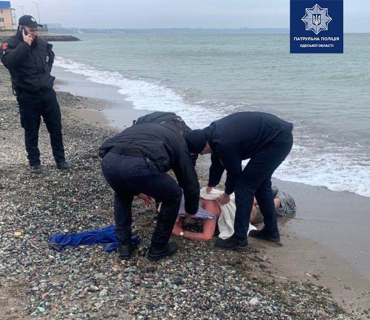 В Одессе эксгибиционист убегал от полиции и чуть не утонул (фото) «фото»