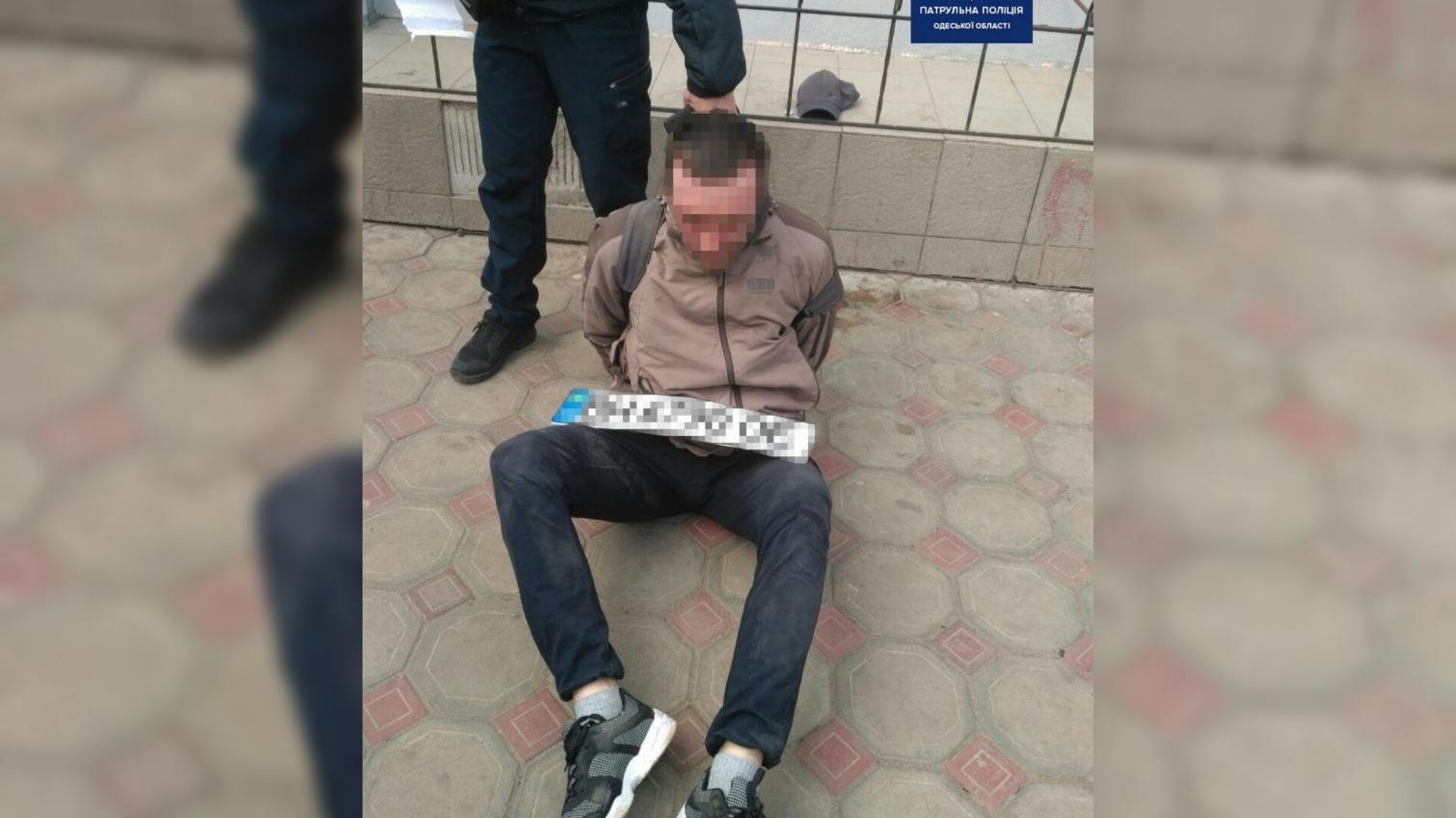 В Одессе патрульный в свой выходной спас женщину и задержал нарушителя (фото) «фото»