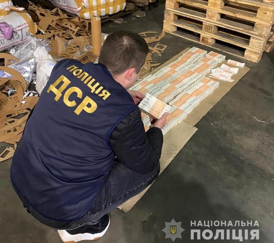 В Черноморск под видом фольги и ткани пытались ввезти поддельные акцизные марки (фото) «фото»