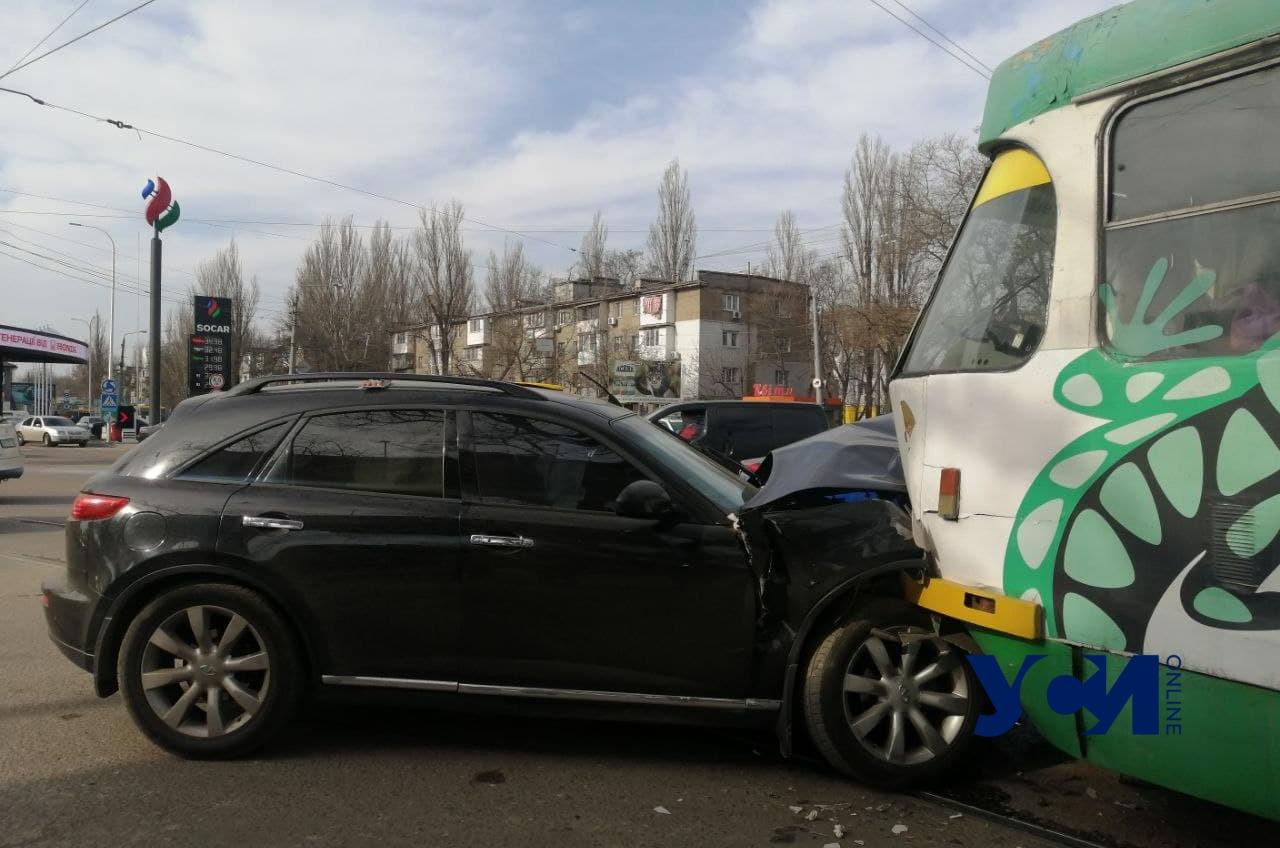 На Люстдорфской дороге автомобиль влетел в трамвай (фото) «фото»