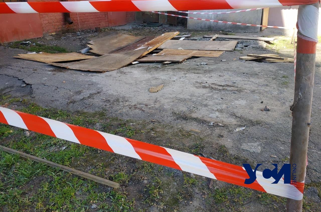 В центре Одессы уходит под землю двор жилого дома (фото) «фото»