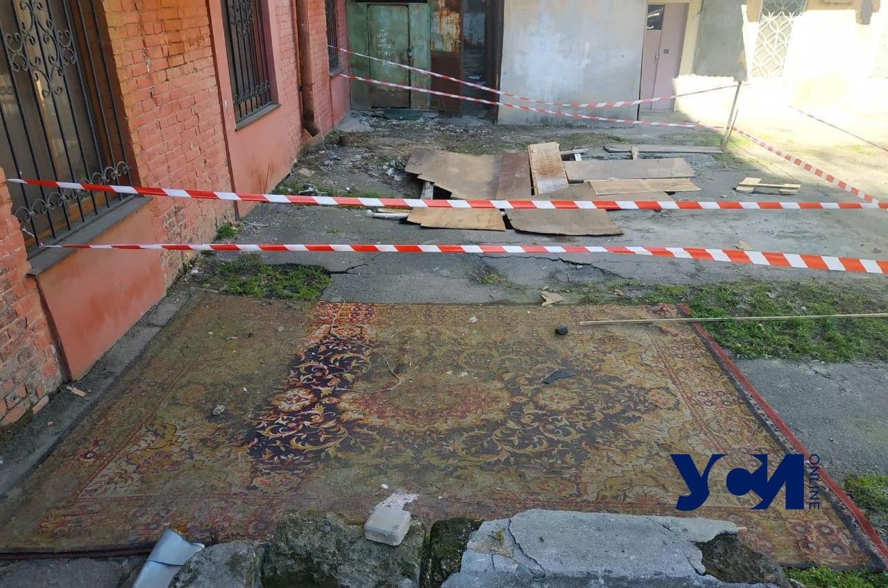 Коммунальщики пообещали привести в порядок двор с двумя большими провалами на Базарной (фото) «фото»
