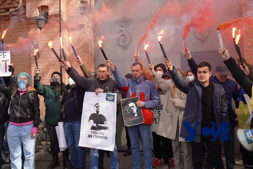 Активисты пришли к Одесскому СИЗО поздравить Стерненко с днем рождения (фото) «фото»