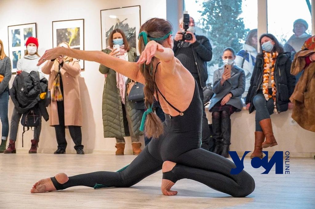 «Сны реальности»: балерина из Мюнхена выражала танцем эмоции от картин в Одессе (фото, видео) «фото»