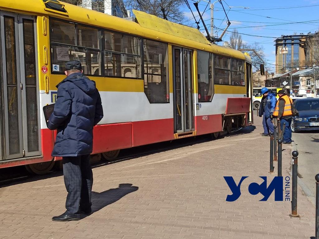 На Куликовом трамвай сошел с рельсов – его сразу вернули на пути (фото) «фото»