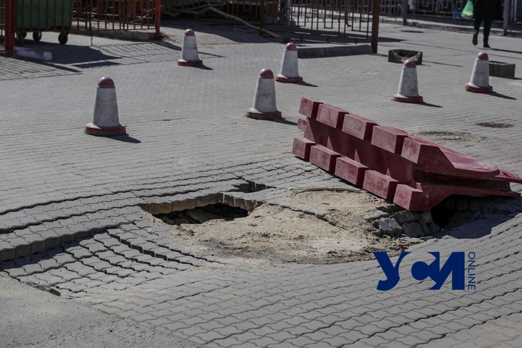 В переулке у Европейского лицея на проезжей части провалилась плитка (фото) «фото»