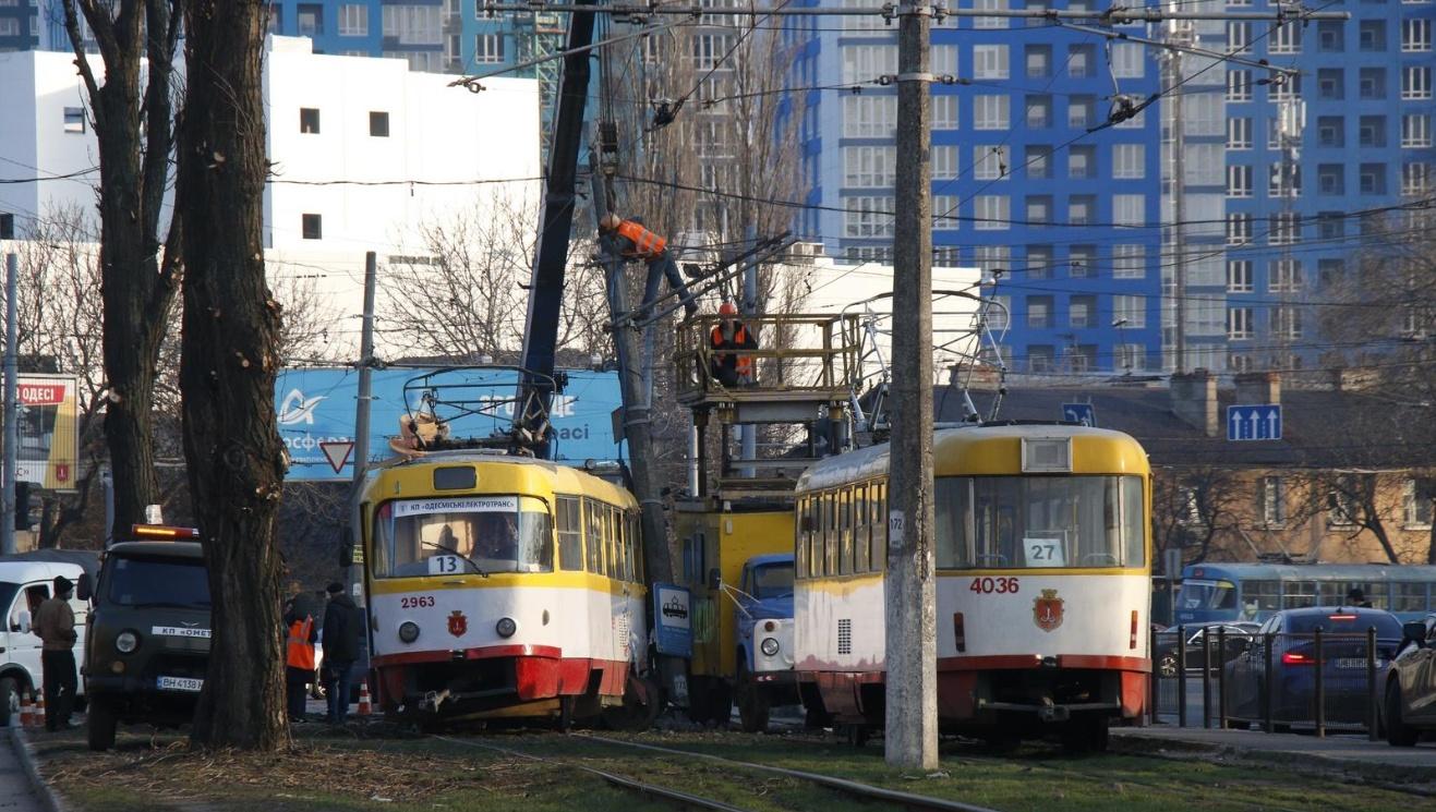 На Толбухина трамвай сошел с рельсов и врезался в столб «фото»