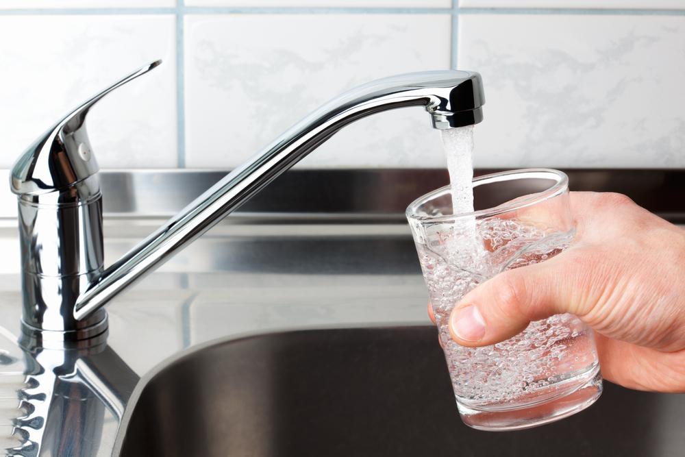 В 11 населенных пунктах Одесской области не рекомендуют пить воду из-под крана «фото»